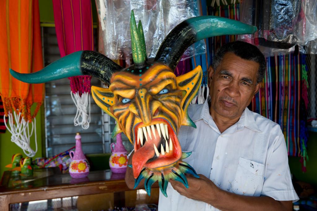 Darío López posando junto a una de sus creaciones
