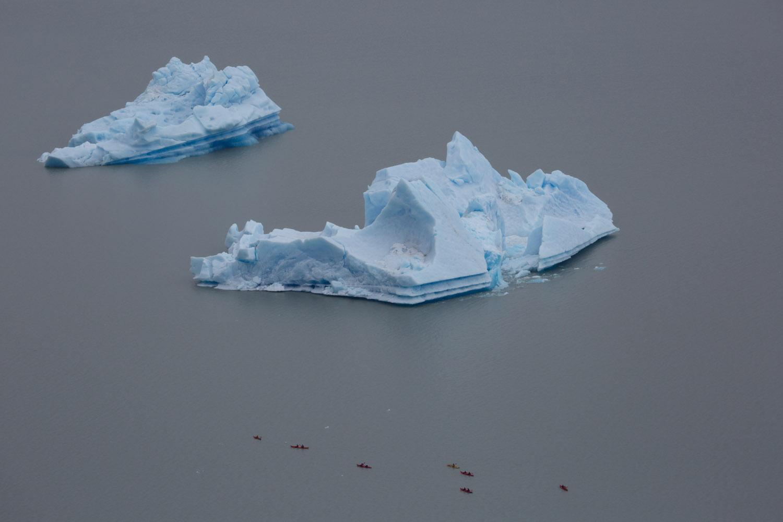 Kayaks entre témpanos desprendidos del glaciar Grey, parque nacional Torres del Paine, Chile