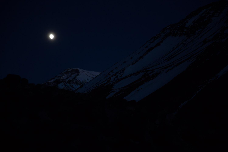 Luna llena bañando el valle del campamento Las Torres