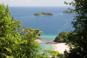 Campamento de la ANAM en Isla Coiba, visto desde el mirador de Punta Gambete, Panamá