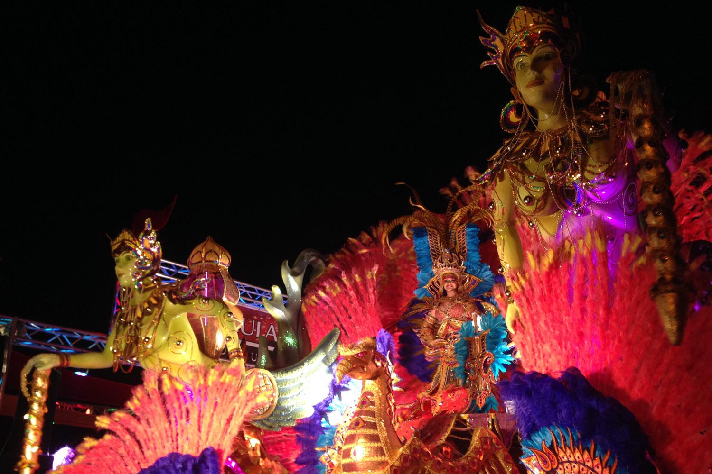 Desfile nocturno de carnavales en Las Tablas, Panamá