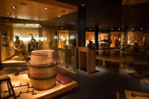 Exposición sobre la fabricación de barriles de vino en el museo Vivanco, Briones, España