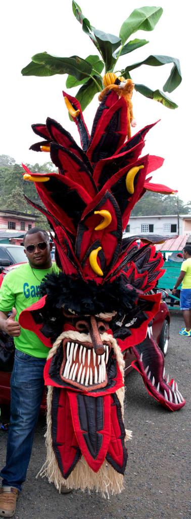 Miembro del grupo Ganja Pipe mostrando su máscara, platanal