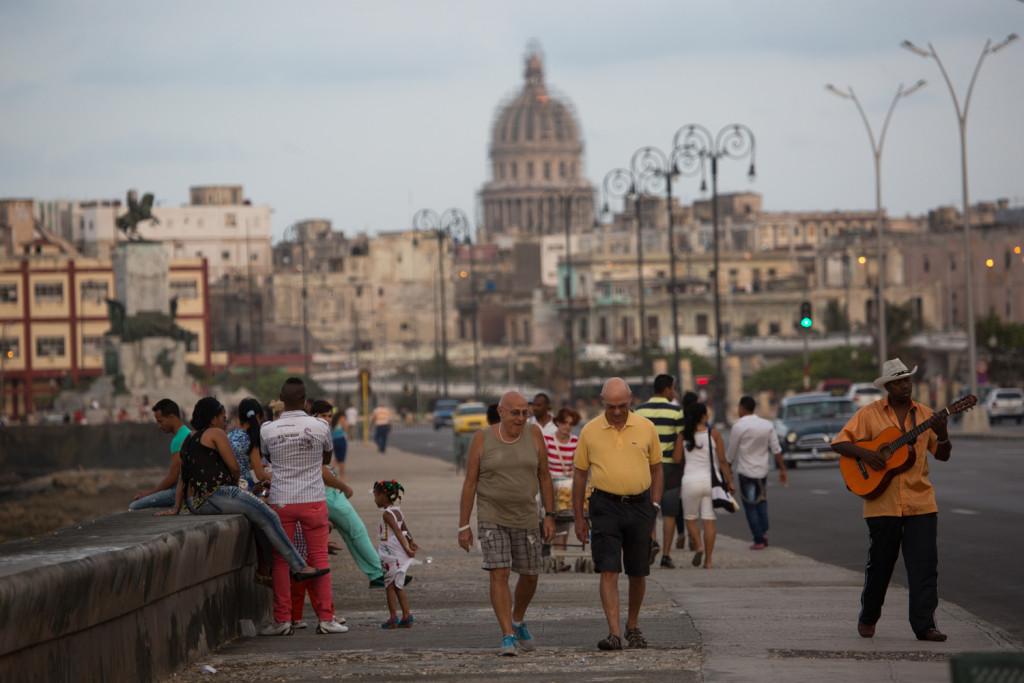 De paseo por el malecón de La Habana