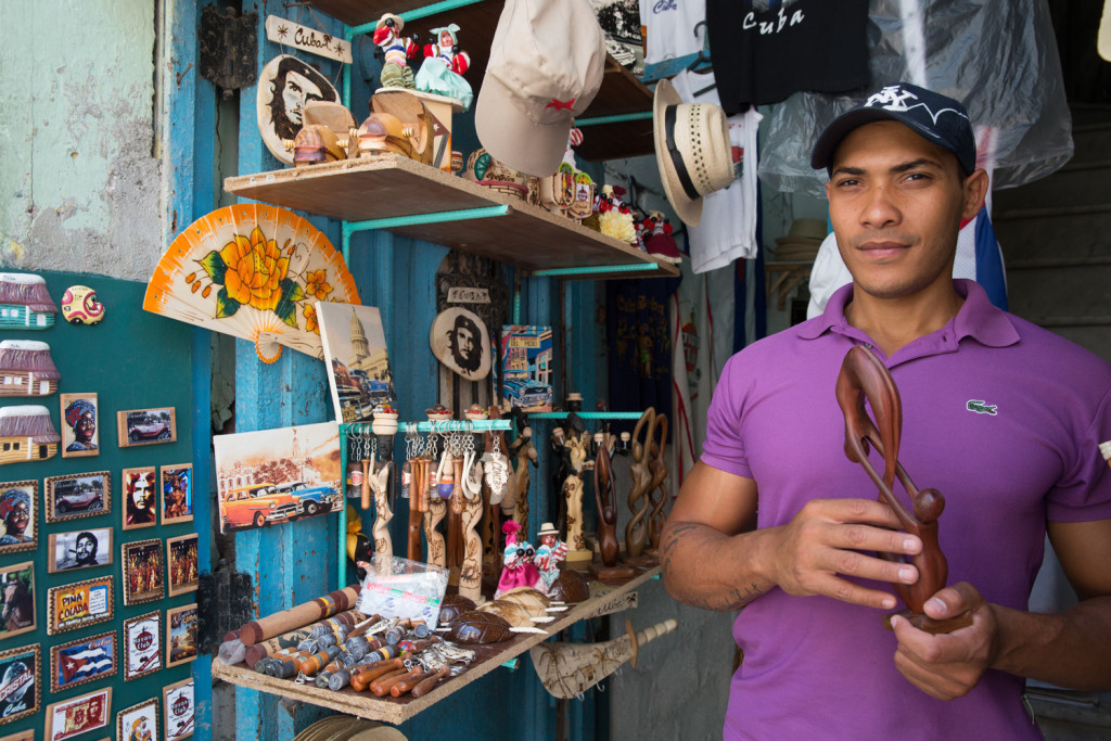Yadiel y su tienda de artesanías