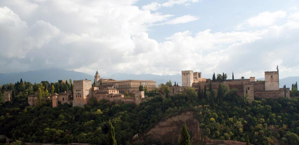 La Alhambra vista desde el mirador de San Nicolás en el Albaicín de día