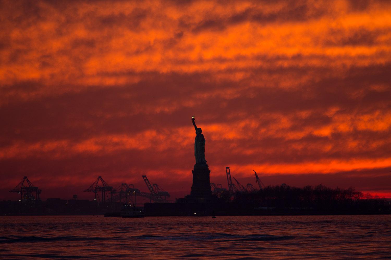 Un espléndido atardecer con la Estatua de la Libertad, Nueva York, EE.UU.