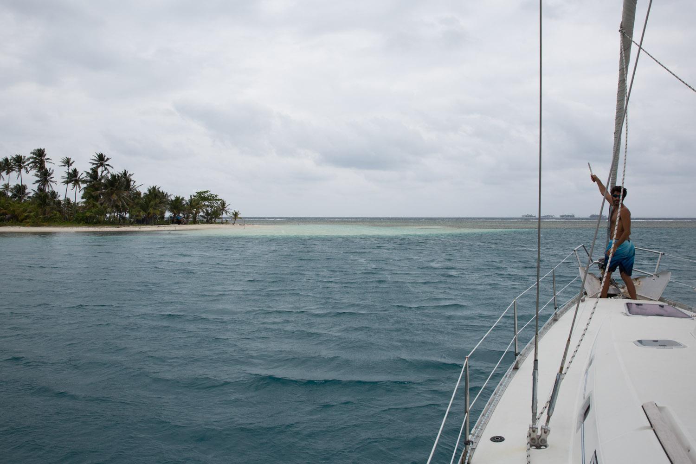 Anclando un velero cerca de una isla en el archipiélago de San Blas o Guna Yala, Panamá