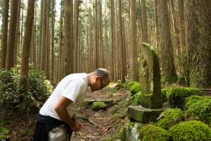 Agradeciendo a Jizo por su protección en las rutas de Kumano Kodo, Japón