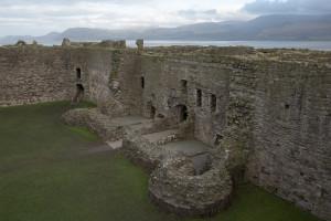 Las murallas del castillo de Beaumaris con el estrecho de Menai de fondo, Gales