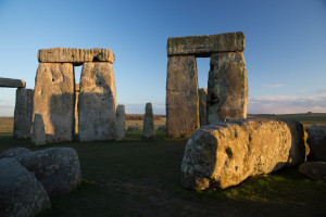 Caminando dentro del círculo interior de Stonehenge, Inglaterra