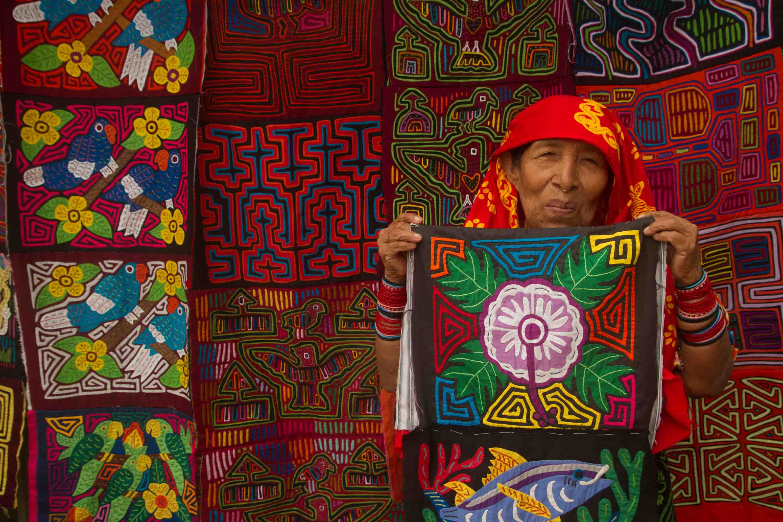 Mujer guna vendiendo molas en Playón Chico, archipiélago de Guna Yala o San Blas, Panamá