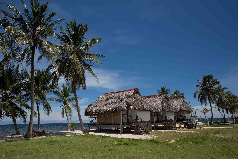 Cabañas Tigre en isla Tigre, archipiélago de Guna Yala o San Blas, Panamá