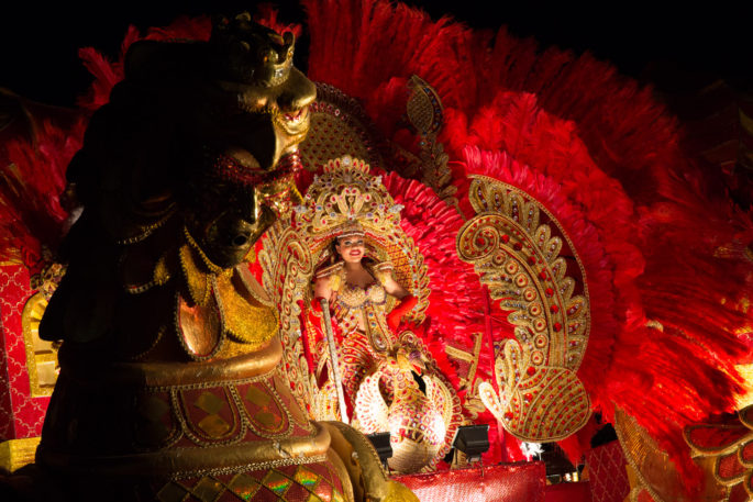 Carroza alegórica con princesa de carnaval en Las Tablas de noche