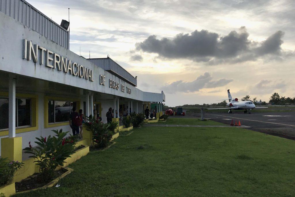 Avión de Air Panama en aeropuerto de Isla Colón, Bocas del Toro, Panamá