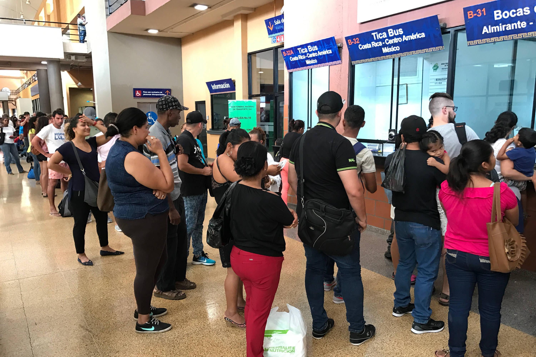 Fila para comprar un viaje en autobús a Bocas del Toro en el mostrador de Tranceibosa en la terminal de Albrook, Panamá