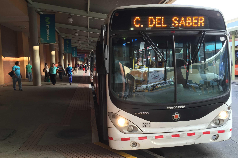 Autobús de ruta Albrook-Ciudad del Saber en la terminal de transportes de Albrook, Panamá