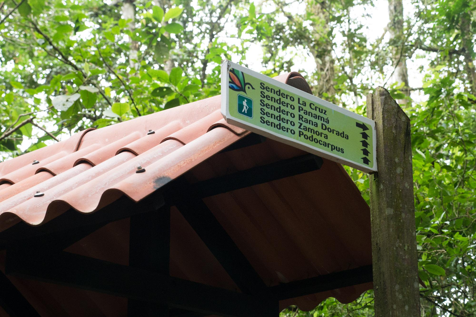 Letreros en el desvío hacia el cerro La Cruz, parque nacional Altos de Campana, Panamá