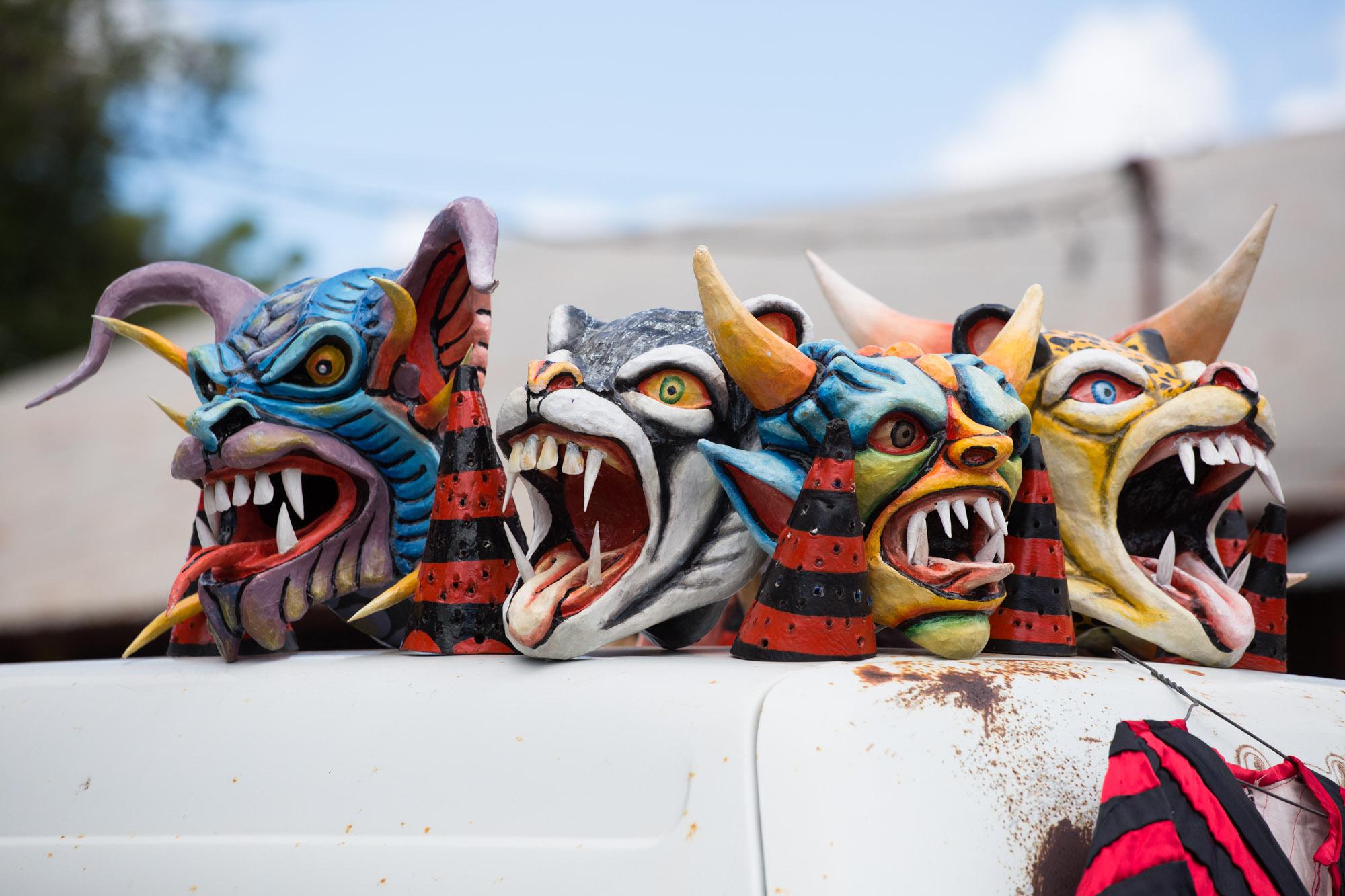 Máscaras de diablicos sucios descansando en La Villa de Los Santos