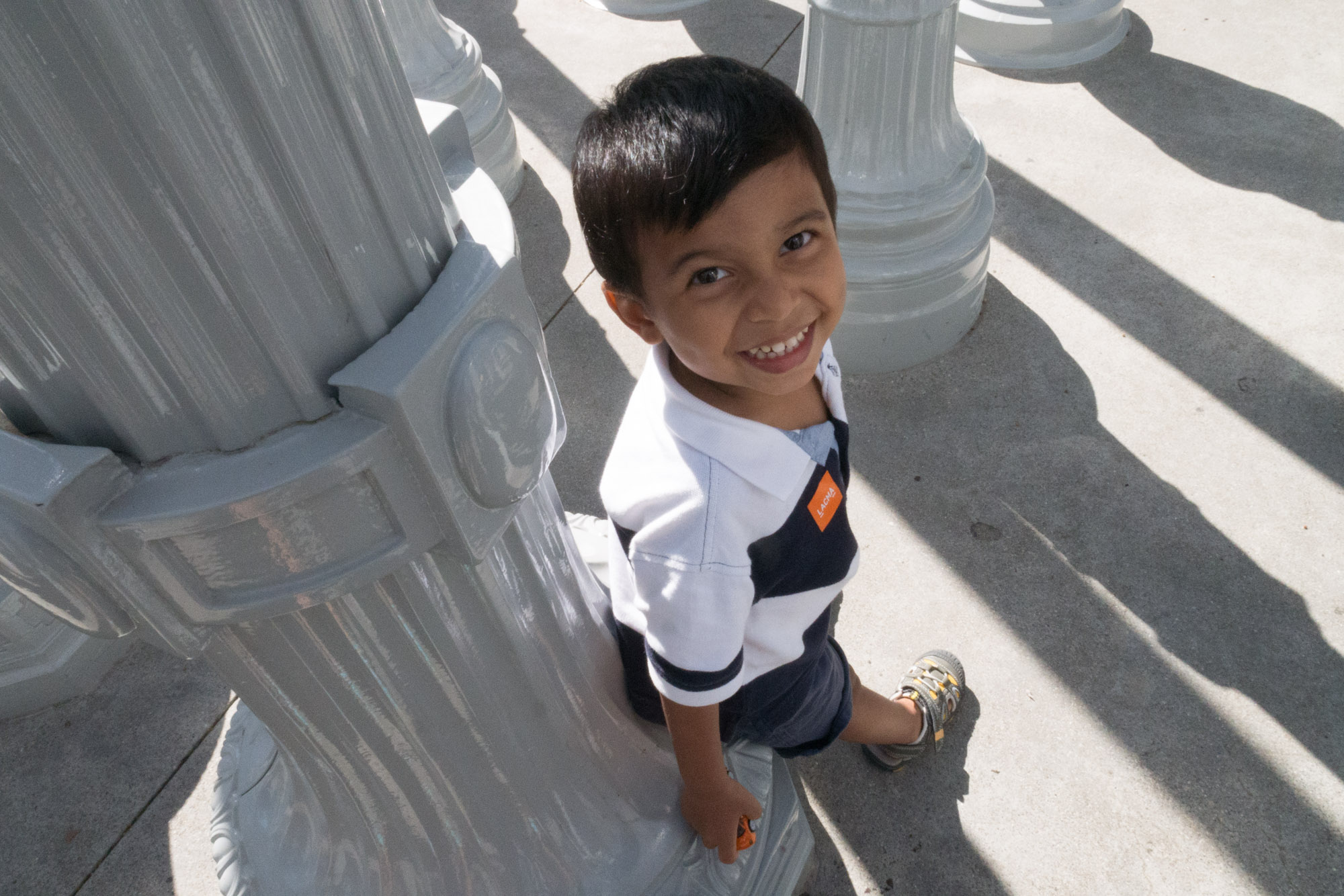 Niño jugando alrededor de la obra Urban Light en el LACMA